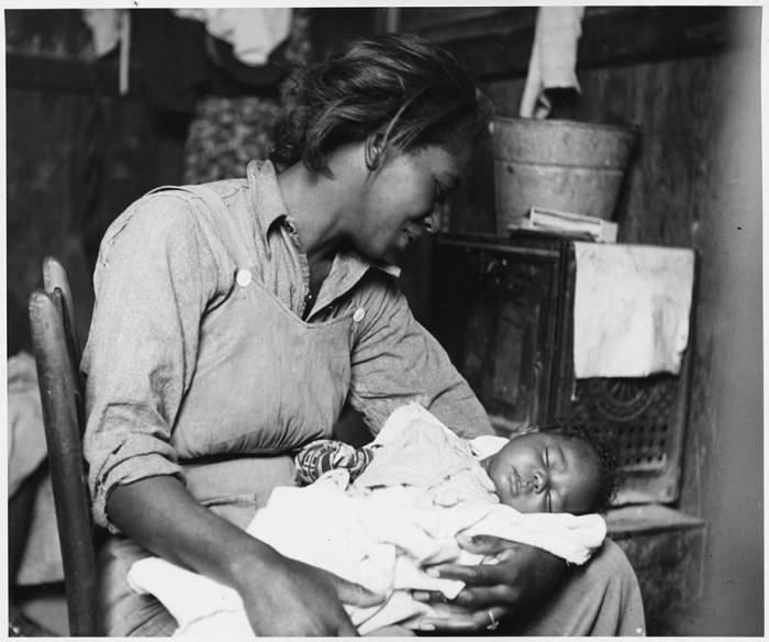 920px-near_buckeye_maricopa_county_arizona-_migrant_african-american_cotton_picker_and_her_baby-_-_nara_-_522540-700x584